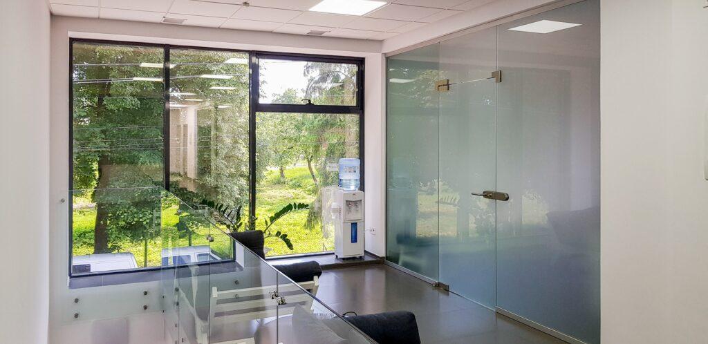 Теплі алюмінієві вікна в сучасному стоматкабінеті